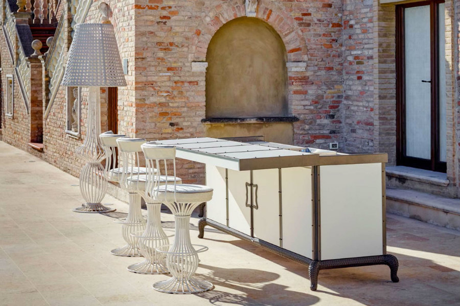 What are the different outdoor kitchen layout options 3
