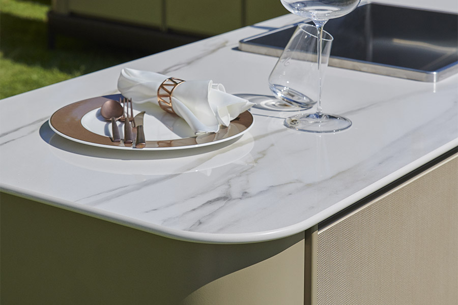 Luxury outdoor kitchen materials: from stainless steel to ceramic marble 2