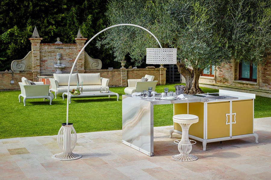 How to harmoniously integrate a luxury outdoor kitchen project with the rest of the outdoor setting
